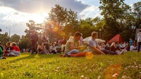 IMG_0146 люди сидят на траве лето фестиваль